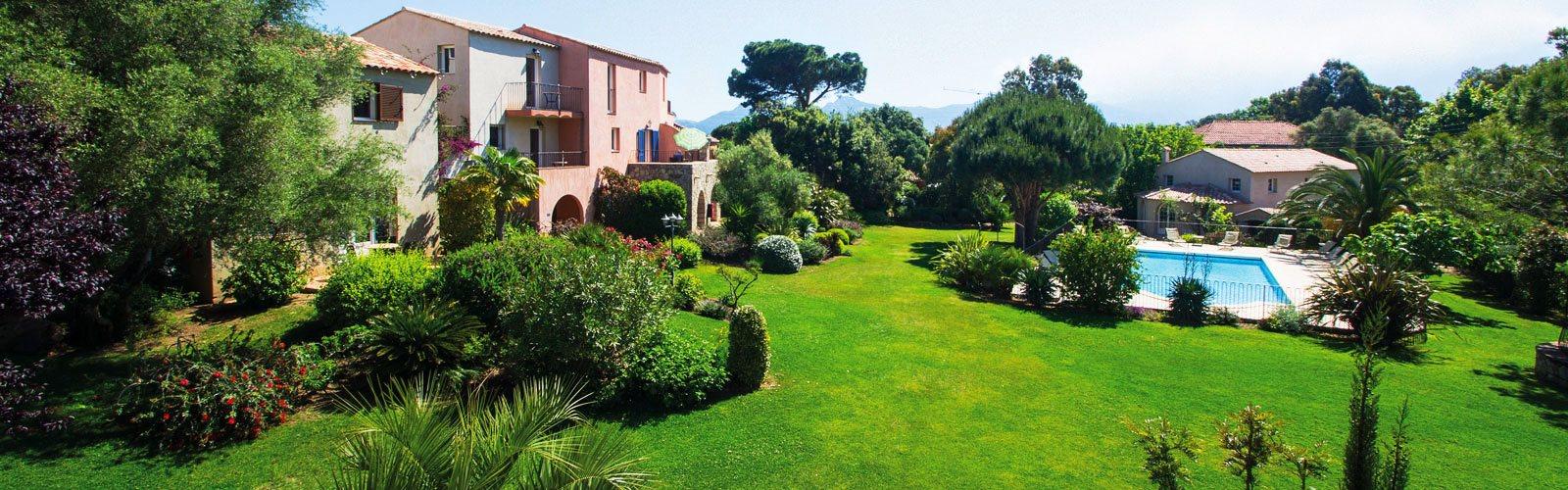 Prächtige Gartenanlage mit Pool und Ferienwohnungen in Calvi