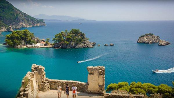 Urlauber genießen den Ausblick auf das Meer und die Natur in Epirus