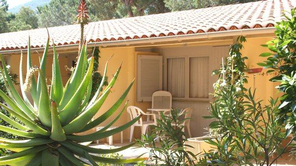 Feriendorf Bungalow mit Terrasse und Grünbereich