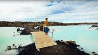 Urlauberin blickt auf das türkise Wasser der blauen Lagune