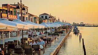 Sonnenuntergang hinter der Hafenpromenade von Lefkas Stadt