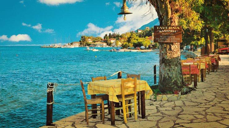 Eine idyllische griechische Taverne am Meer
