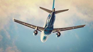Flugzeug fliegt bei gutem Wetter in den Urlaub