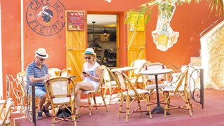 Ein buntes Cafe in der Altstadt von Calvi