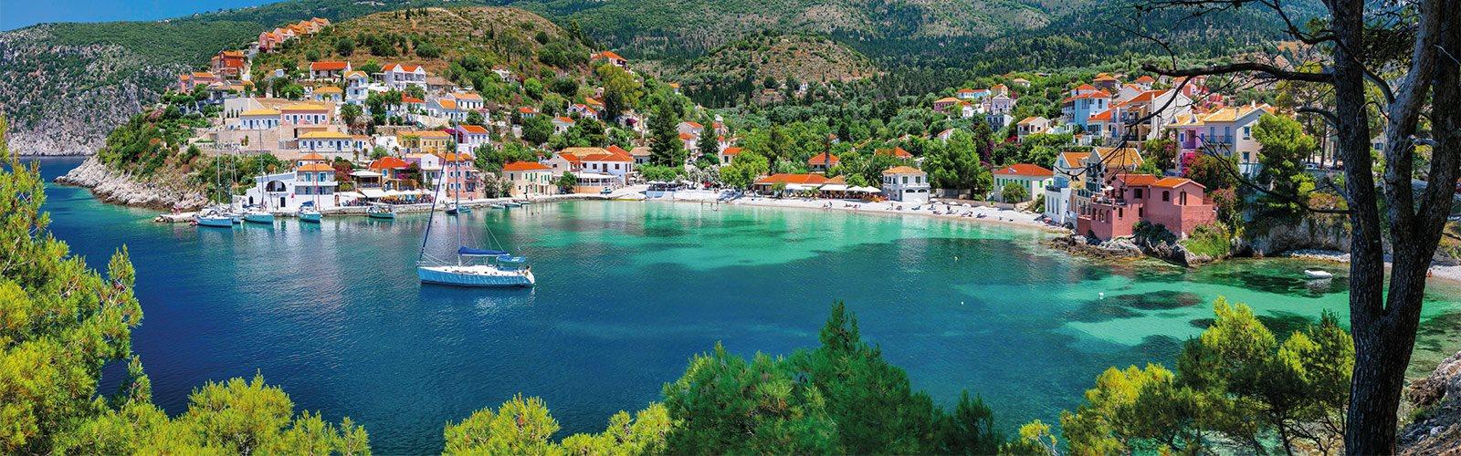Bunte Häuser und Hafenpromenade des Fischerdorfes Assos auf Kefalonia