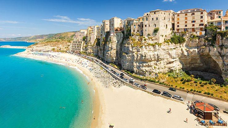 Altstadt von Tropea neben Strand und Meer