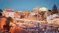 Abendlichter schmücken Boote und Hafen von Ciutadella