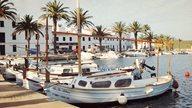Angelegte Boote im Hafen von Fornells auf Menorca